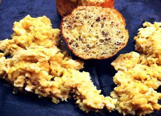 Eiweiß-Brötchen mit Leinsamen und einem Rührei nach englischer Zubereitungsart