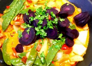 Lilafarbene Karotten und Coriander in die Pfanne geben.