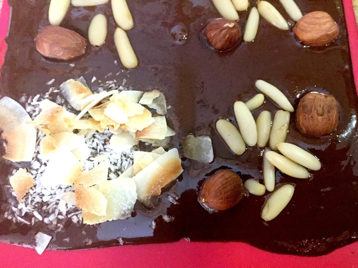 dunkle schokolade mit mandeln und kokos ohne zucker. Black Bedroom Furniture Sets. Home Design Ideas