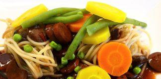 Dinkelspaghetti mit Gemüse und Geflügel Wiener Würstchen