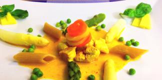 Vollkorn-Penne mit Spargel, Erbsen, Karotten, Hähnchenbrustfilet und Kokossoße