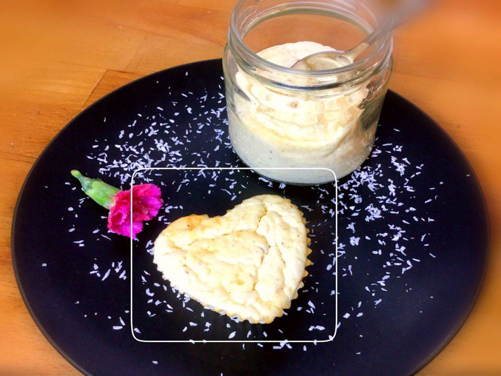 Japanischer Käsekuchen in einer Muffinform und einem Glas gebacken