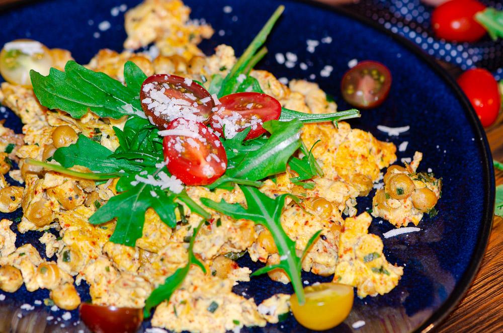 Rührei mit Kichererbsen Rucola und Parmesan aus dem Optigrill