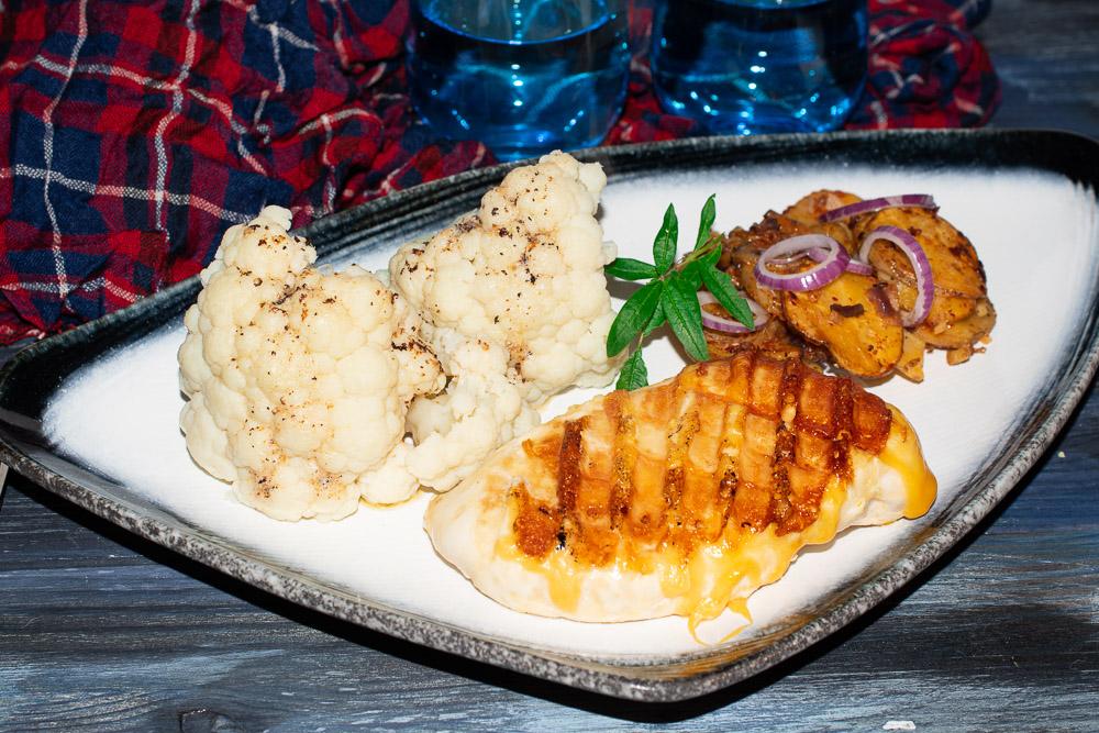 Bratkartoffeln und Cheddar-Hähnchenbrust