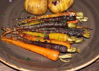 Fächerkartoffeln und glasierte Karotten