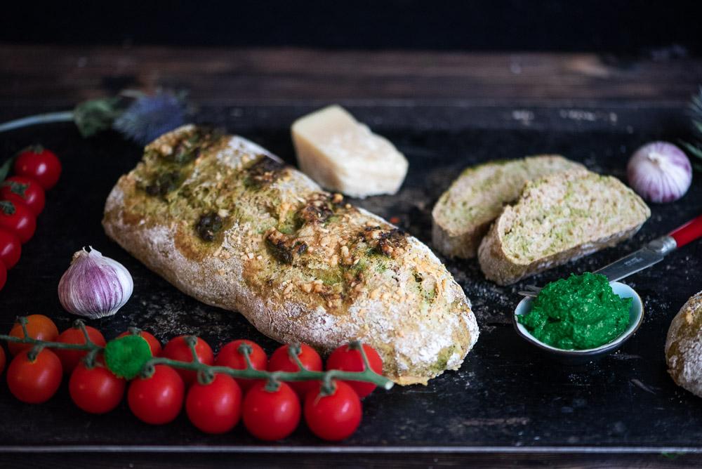Dinkelbaguette mit Petersilienpesto und Parmesan