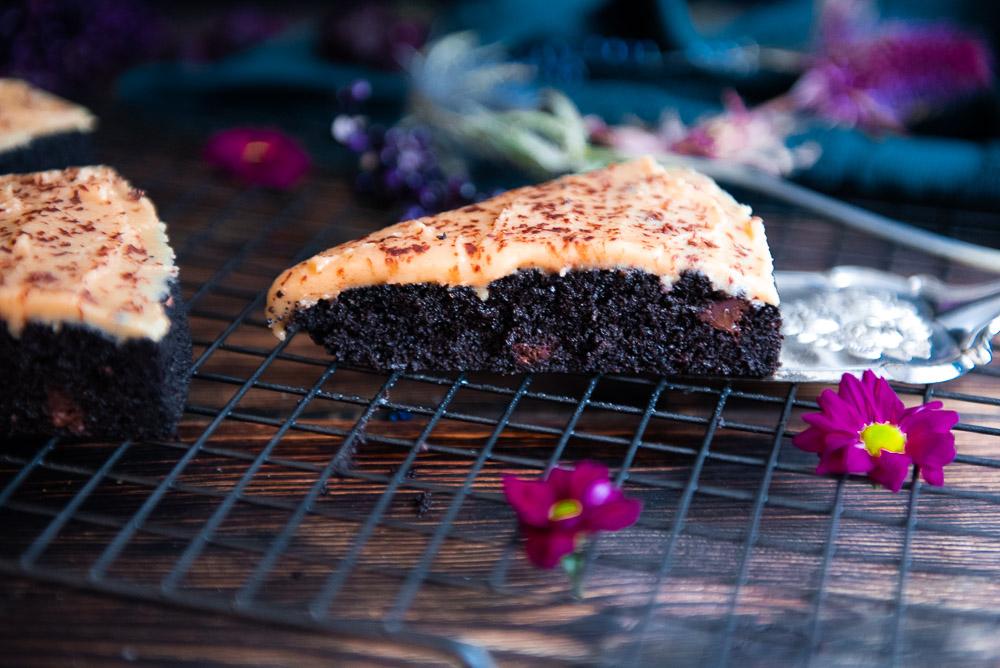 Low carb Schokoladenkuchen mit Erdnussbutter Frosting