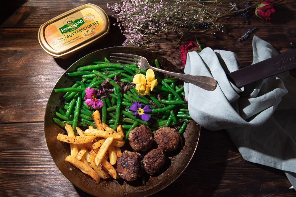 Mini Frikadellen mit Bohnen und Pommes
