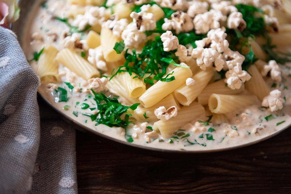 Pasta mit Popcorn und Bärlauch