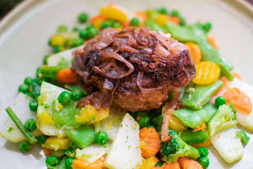Frikadellen mit Gemüse und Bärlauch-Kartoffelstampf