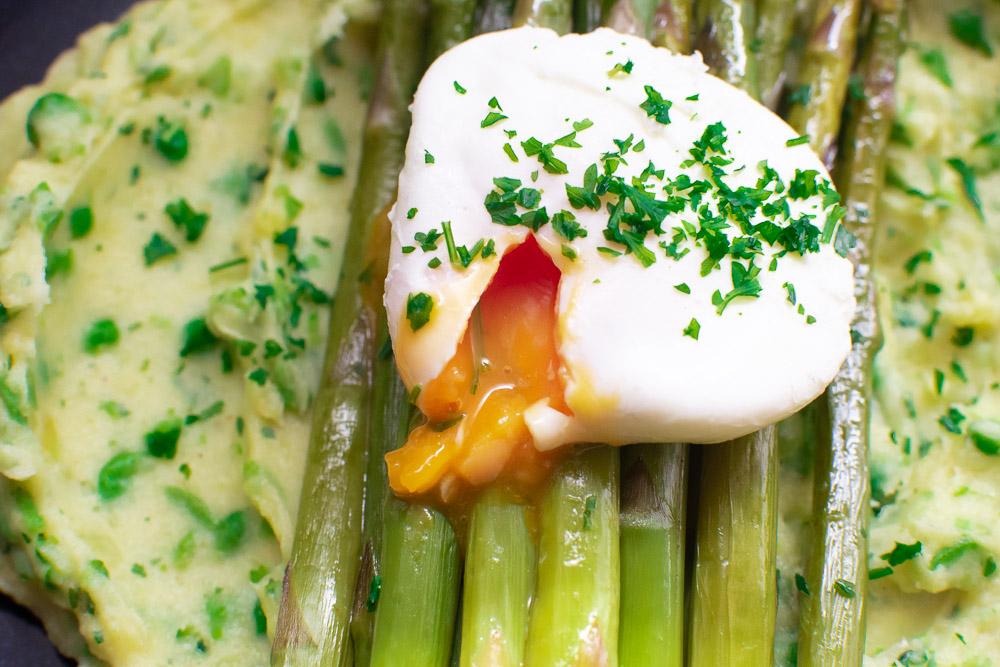 Grüner Spargel mit Kartoffel-Erbsen-Stampf und Ei